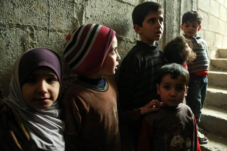 Crianças se escondem em porão em meio a bombardeios em Douma, na região de Ghouta Oriental, na Síria