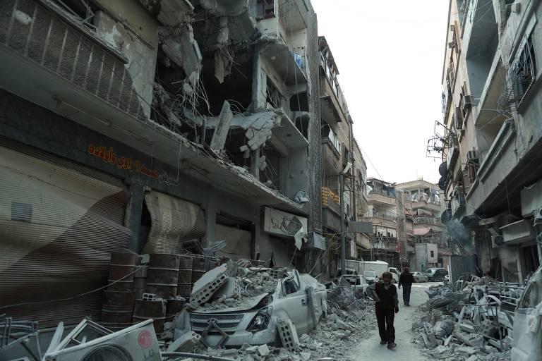 Rua bombardeada na cidade de Douma, em Ghouta Oriental, na Síria