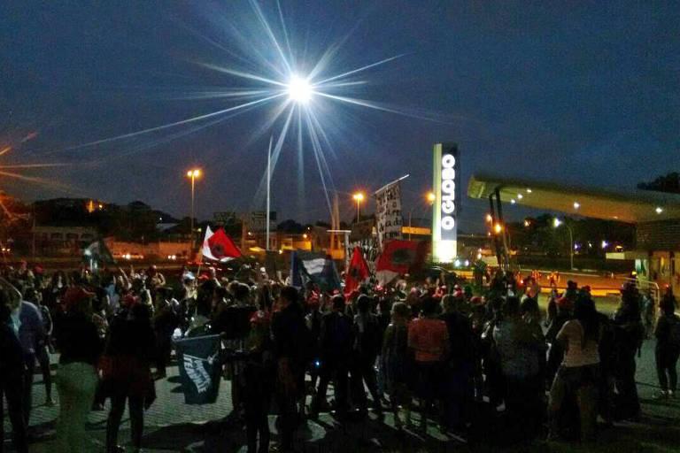 Grupo de mulheres do MST (Movimento dos Trabalhadores Rurais Sem Terra) e de outros movimentos invadiu o parque gráfico do jornal O Globo, em Duque de Caxias, Rio