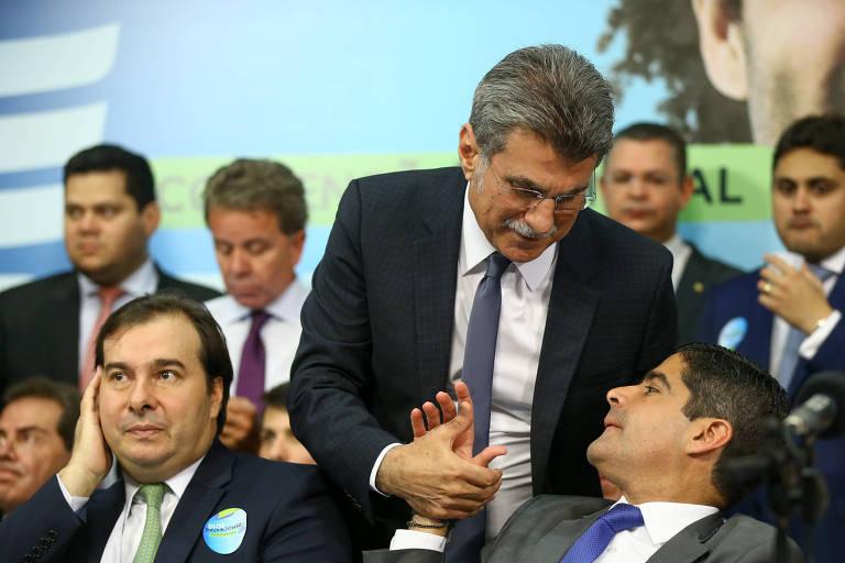 O presidente do MDB, senador Romero Jucá (RR), cumprimenta ACM Neto em evento que marcou o lançamento da pré-candidatura de Rodrigo Maia (à esq.), presidente da Câmara dos Deputados à presidência