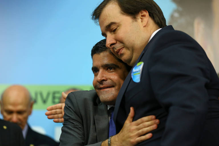 O novo presidente do DEM, ACM Neto, à esquerda, abraça o presidente da Câmara dos Deputados, Rodrigo Maia (DEM-RJ), durante convenção do partido