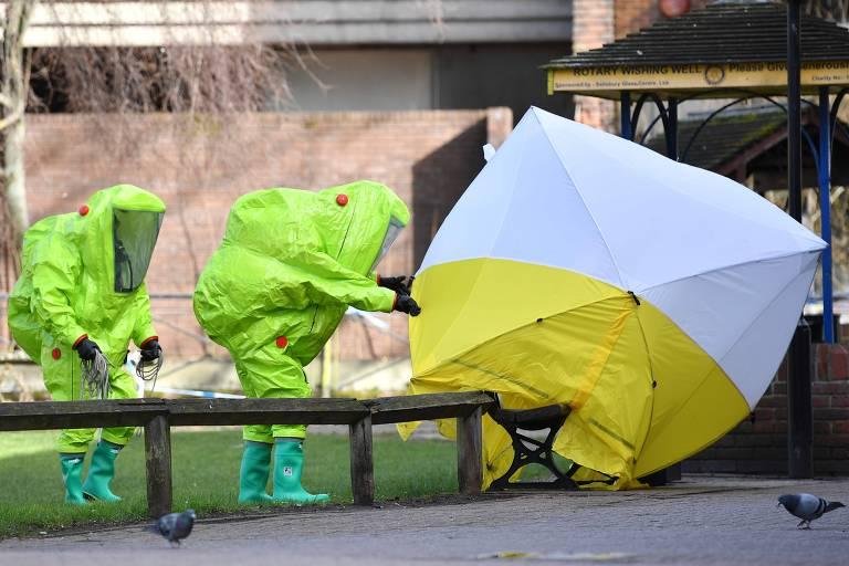 Cabine forense cobre banco onde Sergei Skripal e sua filha Yulia foram encontrados, em Salisbury, na Inglaterra