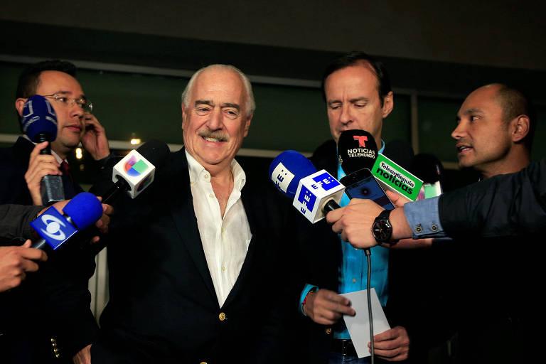 O ex-presidente colombiano Andrés Pastrana (esq.) e o ex-presidente boliviano Jorge Quiroga chegam a Bogotá depois de terem sido barrados em Cuba
