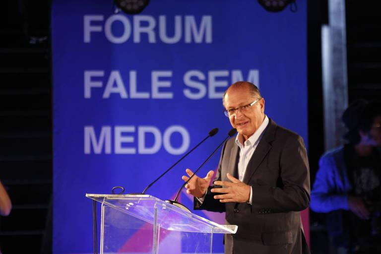 """O governador Geraldo Alckmin falando ao microfone. No fundo, painel com o texto """"Fórum Fale Sem Medo"""