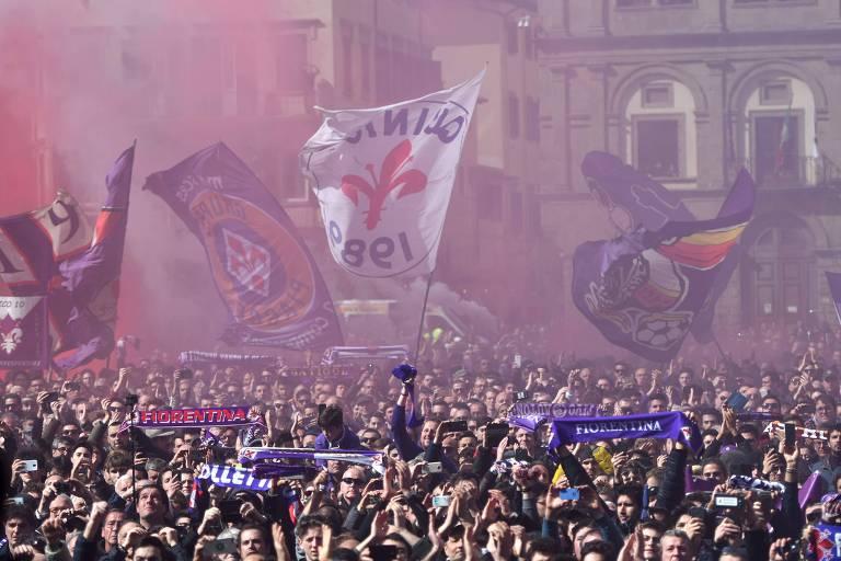Milhares de torcedores acompanham funeral do zagueiro Davide Astori, da Fiorentina, em frente a basílica de Santa Cruz