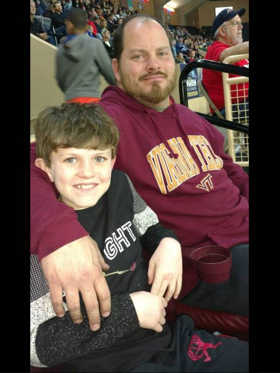 Bryan Thornhill e seu filho Hayden; pai faz filho que praticou bullying andar na chuva até a escola