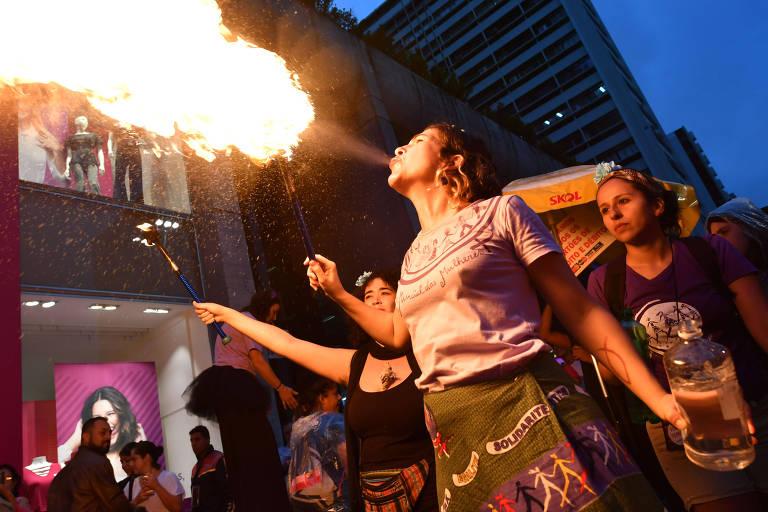 Ativista faz performance com fogo durante Marcha do Dia Internacional da Mulher na avenida Paulista, em São Paulo