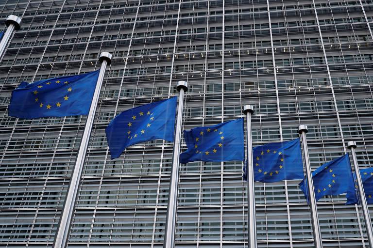 bandeiras da união europeia tremulam em seus mastros em frente ao prédio da comissão europeia em Bruxelas, na Bélgica