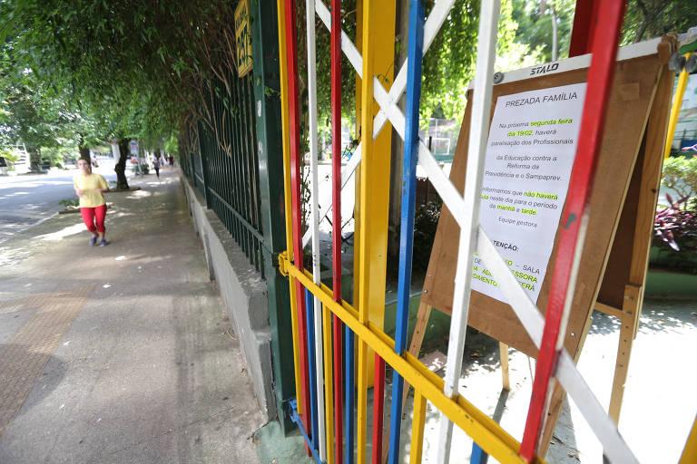 Comunicado avisa pais sobre paralisação dos professores municipais na entrada da escola Monteiro Lobato
