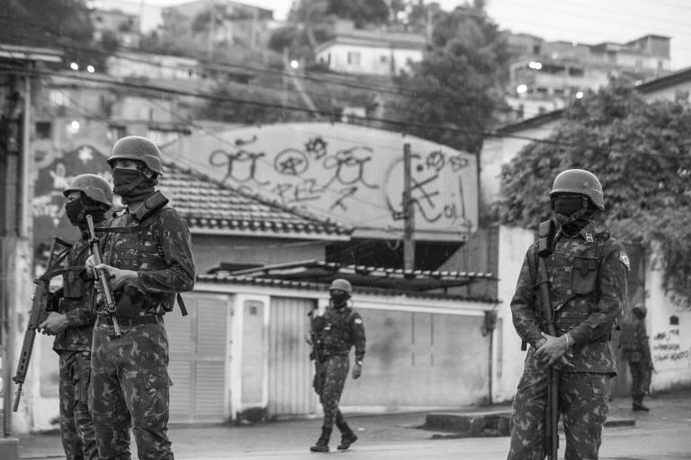 Soldados do exercito ocupam o complexo do Chapadão, na zona Norte do Rio de Janeiro