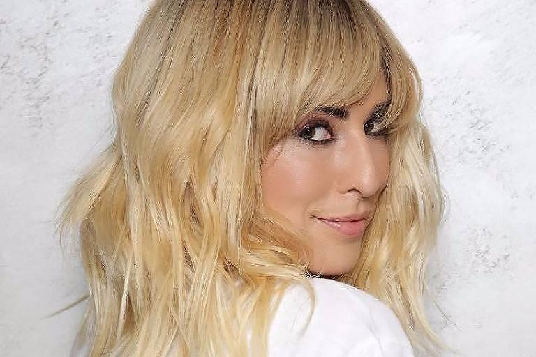 A atriz Fernanda Paes Leme com cabelos loiros