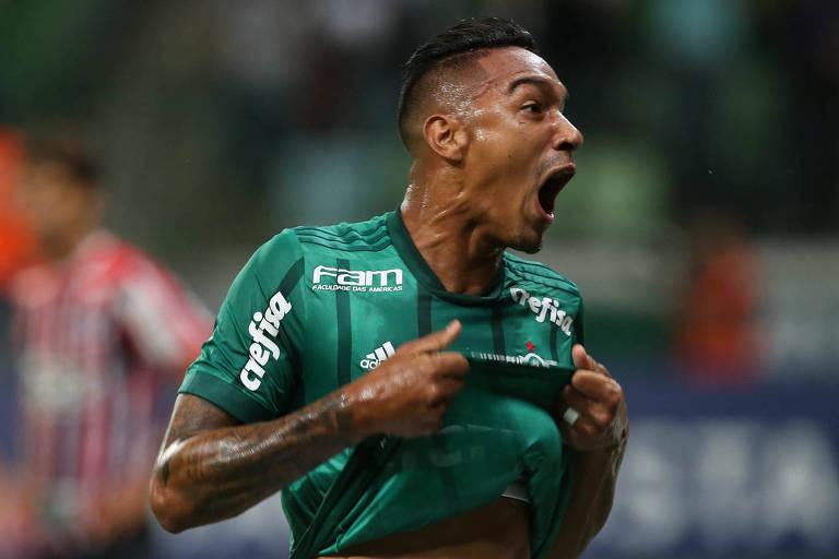 O zagueiro Antonio Carlos, do Palmeiras, comemora o primeiro gol da vitória por 2 a 0 sobre o São Paulo, no Allianz Parque