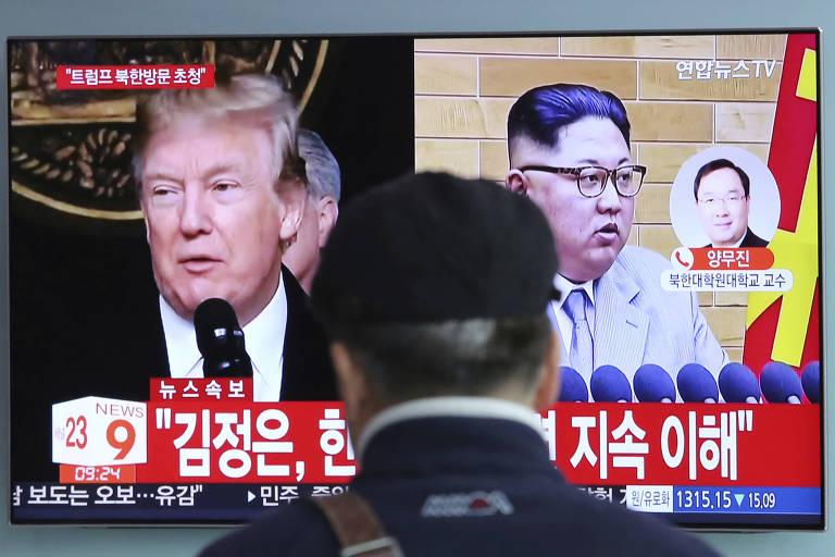Imagens do presidente dos EUA, Donald Trump, e do ditador norte-coreano, Kim Jong-un, aparecem em reportagem da TV sul-coreana em Seul