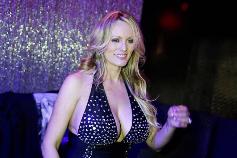 A atriz pornô Stormy Daniels, cujo nome verdadeiro é Stephanie Clifford, posa para fotos após seu show de strip-tease em Nova York