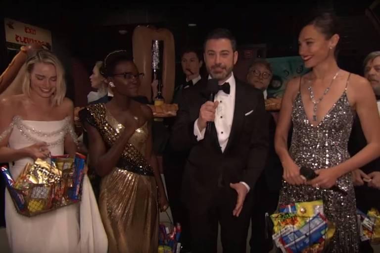 Margot Robbie, Lupita Nyong'o, Jimmy Kimmel e Gal Gadot se preparam para surpreender espectadores de uma sala de cinema