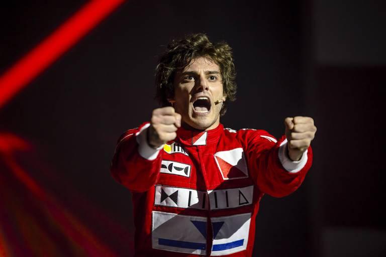 """Ator Hugo Bonemer como protagonista de """"Ayrton Senna, o Musical"""""""