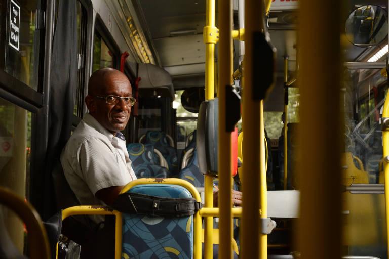 Cobrador de ônibus faz de trajeto uma divertida viagem por cartões-postais de SP