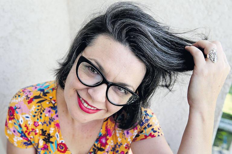 Andrea Roschel tingia os cabelos desde os 16 anos e resolveu adotar os fios brancos