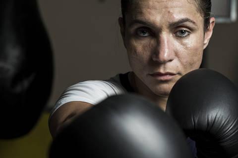 SANTOS - SP - BR, 05-03-2018, 15h00: ROSE VOLANTE. A primeira campeã mundial de boxe brasileira, Rose Volante, durante treino em academia de Santos.  (Foto: Adriano Vizoni/Folhapress, ESPORTES) ***EXCLUSIVO FSP***