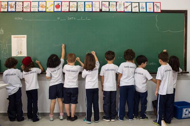 Alunos do primeiro ano do fundamental de colégio em SP em aula de alfabetização