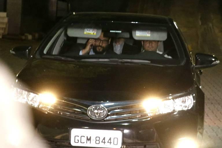 Joesley Batista deixa a carceragem da PF em São Paulo no banco de trás de carro