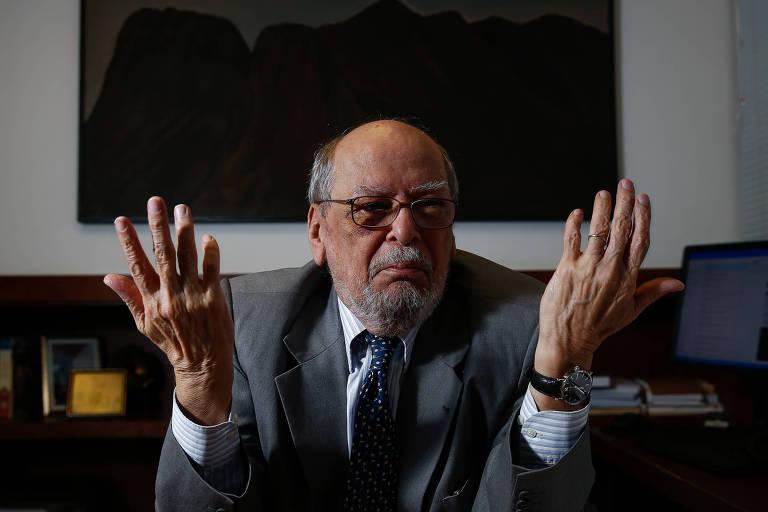 O ex-ministro do STF e advogado do ex-presidente Lula, Sepúlveda Pertence, gesticula enquanto dá entrevista à Folha em seu escritório em Brasília