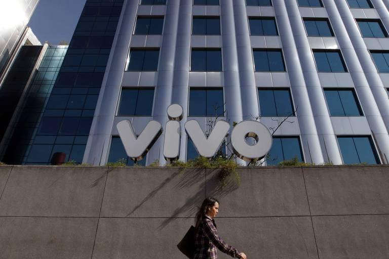 Pedestre passa em frente à sede da Vivo, em São Paulo (SP)