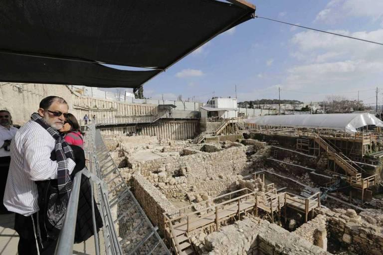 Visitantes observam o sítio arqueológico conhecido como a cidade de David, em Jerusalém