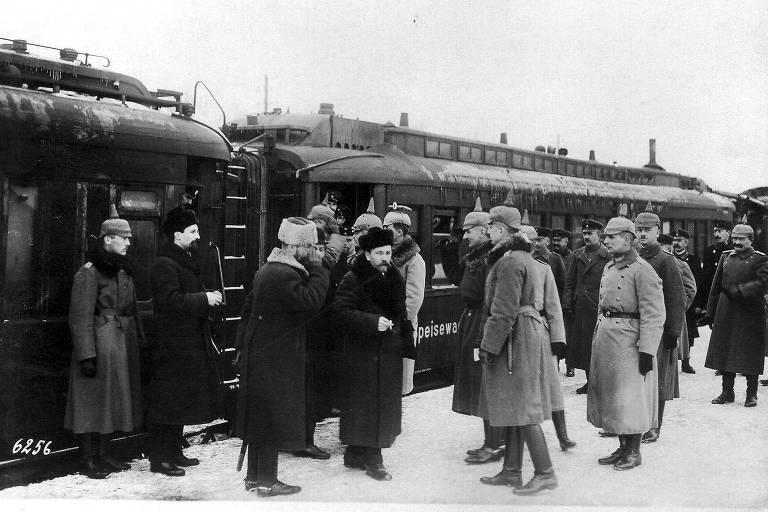 Liderada por Leon Trótski, a delegação russa chega de trem a Brest-Litovsk, cidade onde assinaram o acordo com a Alemanha em 1918