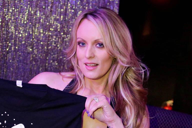 A atriz pornô Stormy Daniels, cujo nome verdadeiro é Stephanie Clifford, posa para foto após seu show de strip-tease em Nova York