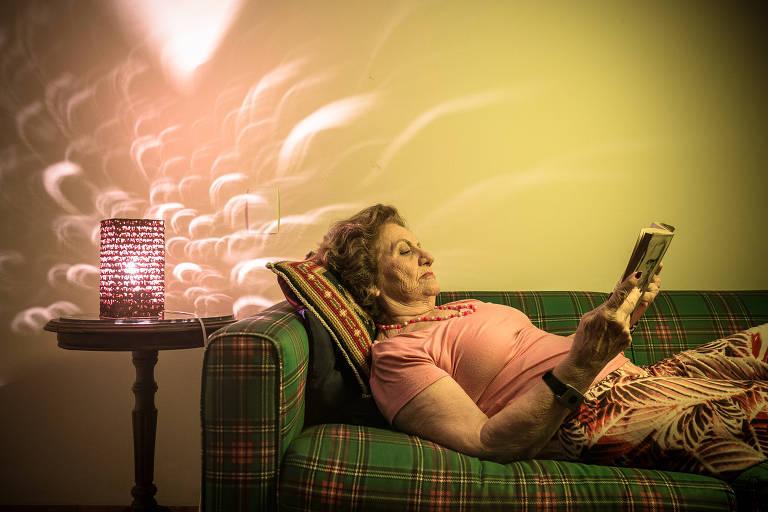 A pedagoga Maria José Sawaia, 82, relaxa enquanto se prepara para dormir