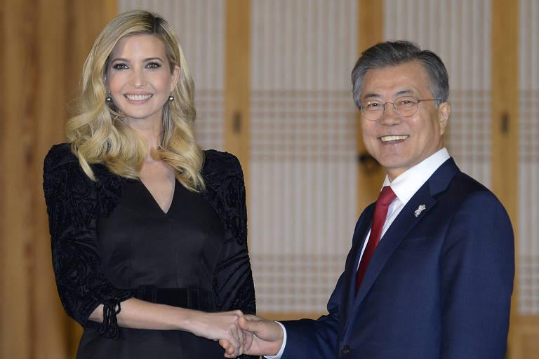 O presidente da Coreia do Sul, Moon Jae-in, cumprimenta Ivanka Trump, filha mais velha e assessora do presidente Donald Trump, em visita a Seul