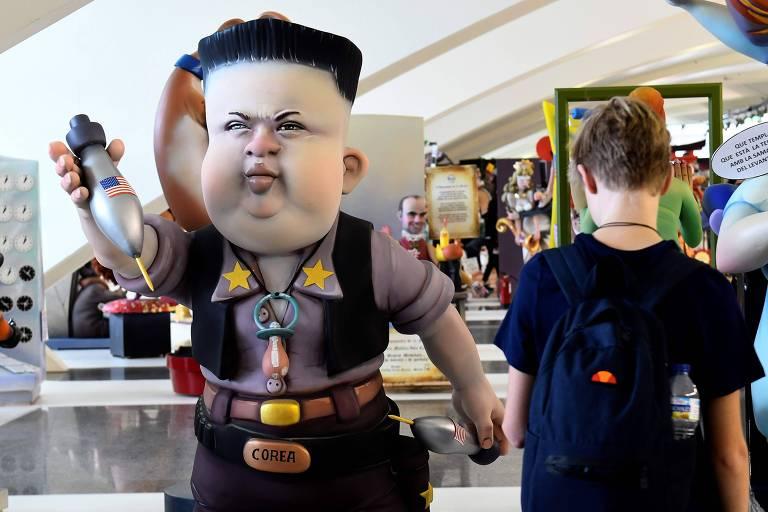 Menino observa boneco do líder norte-coreano, Kim Jong-un, em um festival em Valencia, na Espanha