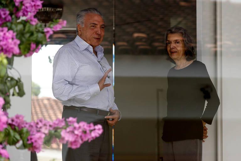 O presidente Michel Temer deixa a casa da presidente do STF, ministra Carmen Lúcia, após encontro neste sábado (10); os dois aparecem na porta da casa