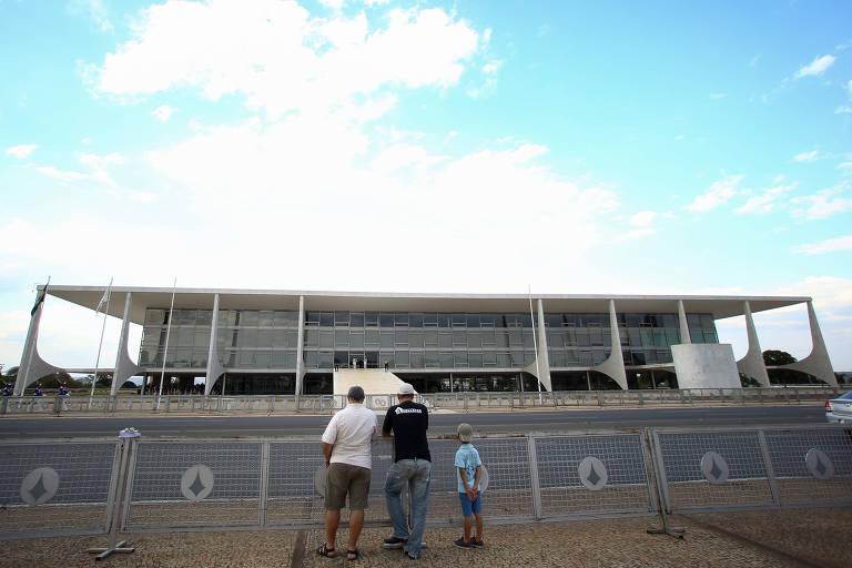 Grades colocadas na Praça dos Três Poderes e em frente ao Palácio do Planalto