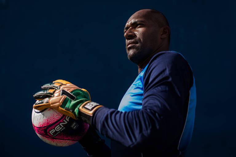 Com contrato até a próxima quinta-feira (15), o goleiro Neneca, 37, segura bola durante treino do Santo André, que briga contra o rebaixamento