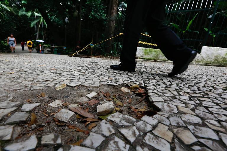 Calçamento do parque Trianon cheio de buracos