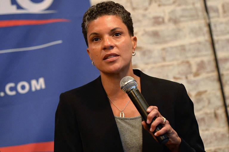 Com microfone na mão, a jurista americana Michelle Alexander participa de debate em Nova York em abril de 2016
