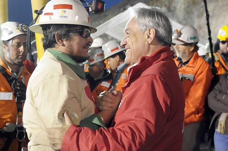 Sebastián Piñera cumprimenta Juan Carlos Aguilar, um dos 33 mineiros que ficaram presos na mina San José, em Copiapó