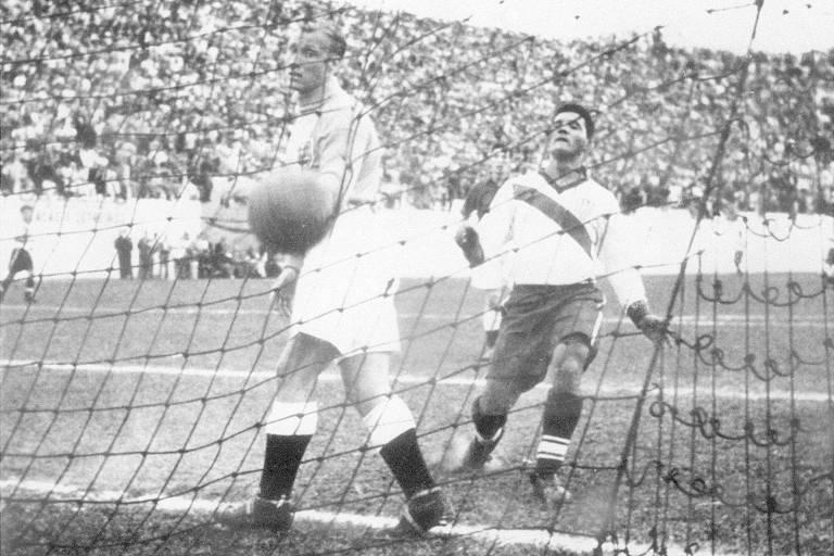 Goleiro da Inglaterra vê bola dentro do gol na Copa de 1950