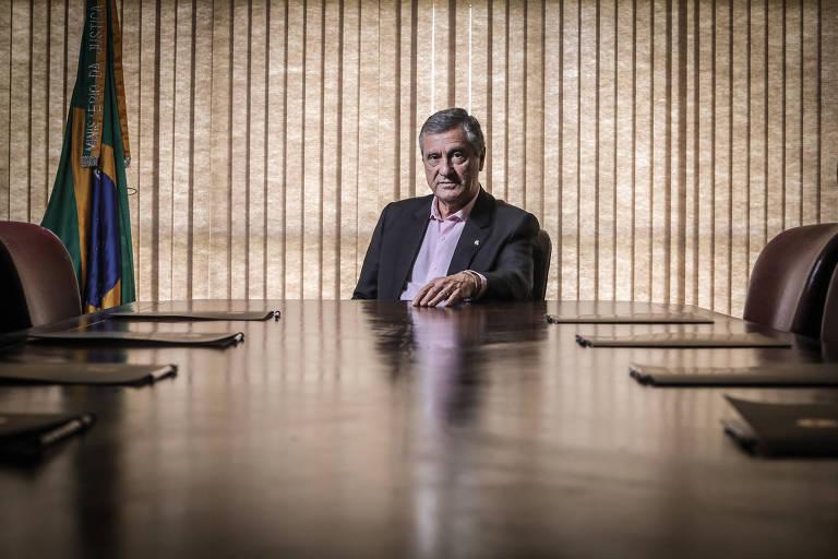 O ministro da Justiça, Torquato Jardim, durante entrevista à Folha; ele está sendo à mesa em seu gabinete
