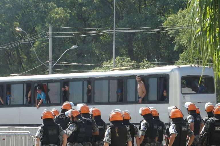 Gremistas foram recebidos com pedradas e gás de pimenta antes do Gre-Nal, na tarde deste domingo (11)