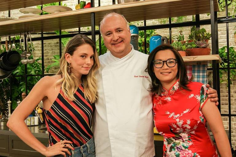 Da esq. para dir., Luitha Miraglia, Daniel Bork e Jiang Pu no cenário do Cozinha do Bork