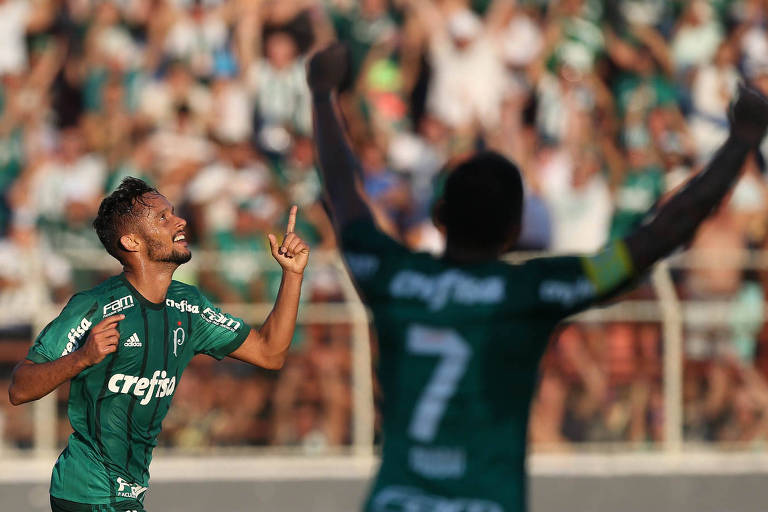 Gustavo Scarpa comemora gol marcado na vitória do Palmeiras sobre o Ituano por 3 a 0