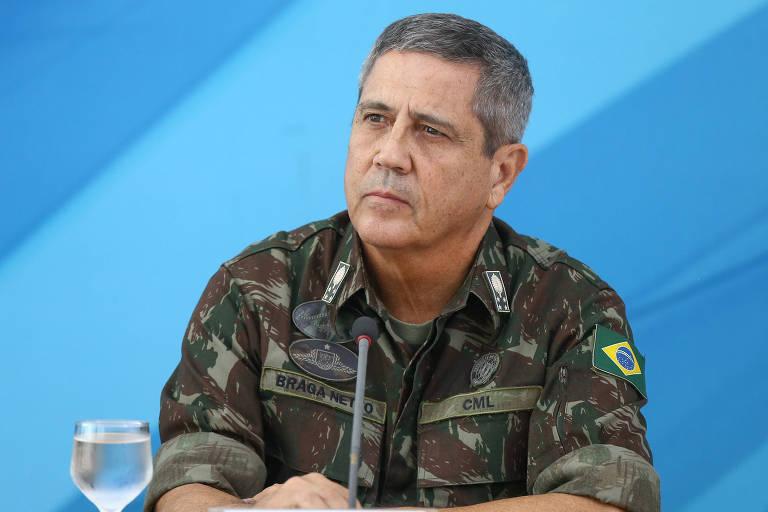 Foto mostra o general Walter Braga Netto, interventor da segurança pública do Rio concedendo entrevista coletiva à imprensa