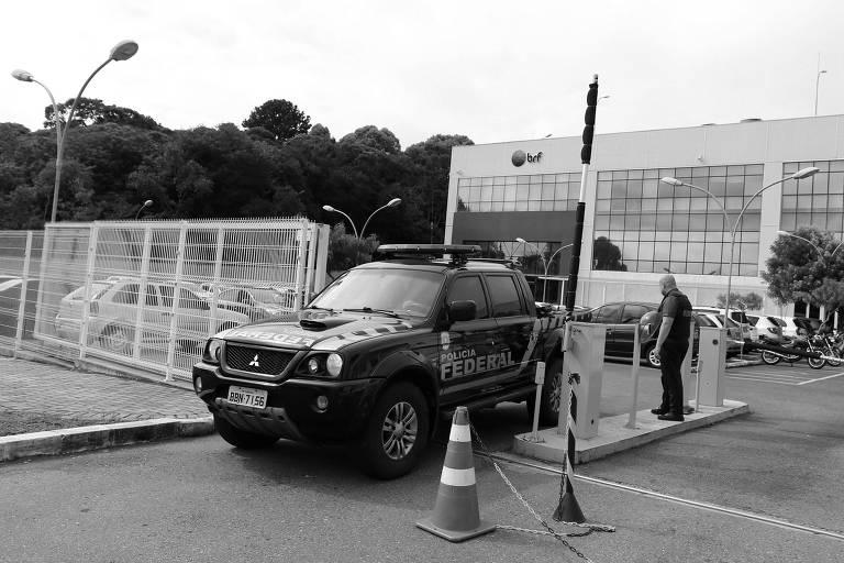Carro da Polícia Federal deixa unidade da BRF em Curitiba, no Paraná