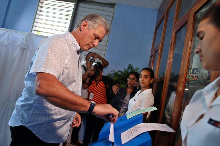 Observado por monitores, vice-líder cubano, Miguel Díaz-Canel, deposita seu voto na urna durante a eleição para a Assembleia Nacional