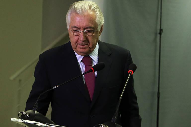 Guilherme Afif Domingos em frente a um microfone