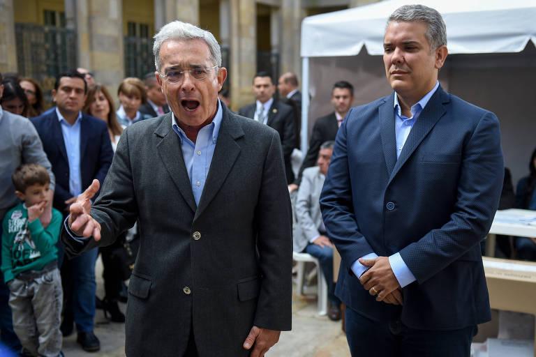 O ex-presidente da Colômbia Álvaro Uribe fala com os jornalistas ao lado do senador uribista Iván Duque, seu candidato presidencial, em Bogotá