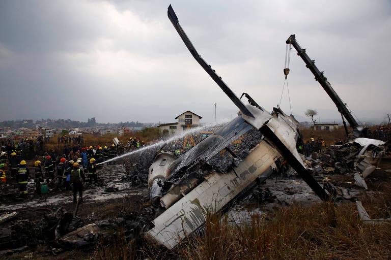 Destroços do avião que caiu próximo ao aeroporto de Katmandum no Nepal